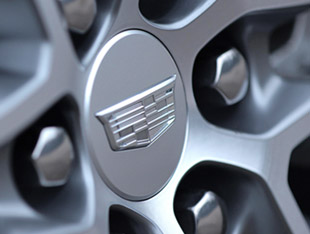 2020 Cadillac XT6 wheel with logo