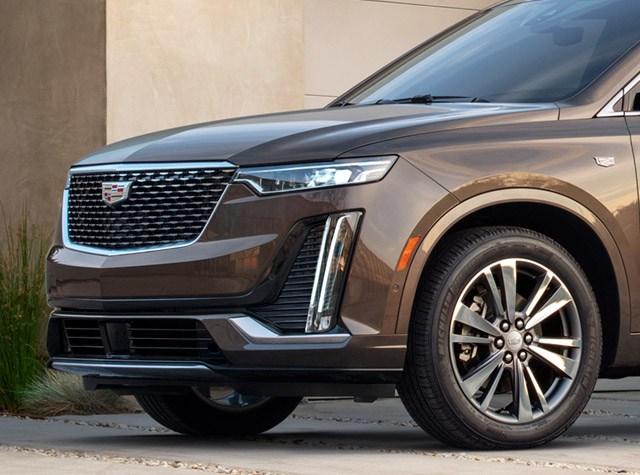 2020 Cadillac XT6 front end parked in driveway